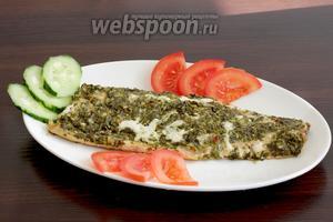 Подавать рыбу можно прямо в фольге с овощами или любым гарниром. Я постаралась аккуратно отделить её от фольги. Кожица остаётся на ней, а вкусная рыбка — на тарелке. Угощайтесь!