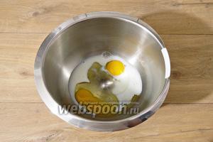 В чашу миксера вбиваем яйца, вливаем к ним молоко и взбиваем до однородности.
