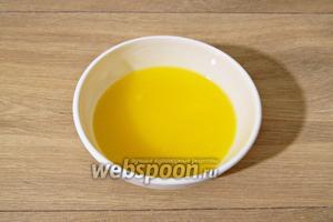 Растапливаем сливочное масло и охлаждаем до комнатной температуры.