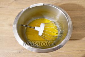 Вливаем масло в яично-молочную смесь.