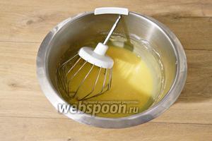 Замешиваем жидкое тесто. Долго взбивать тесто не следует, чтобы не ушел образовывающийся от разрыхлителя и соды газ.