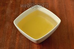 Смешиваем масло со свежевыжатым лимонным соком.