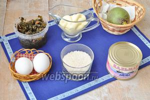 Для салата потребуется, рис, кальмары, майонез, редька зелёная, морская капуста, яйца.