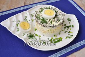 Снять кольцо, украсить тарелку зеленью и яйцом. Подавать сразу.