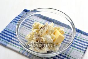 Соединить творог, сливочное масло комнатной температуры, соль и перец.
