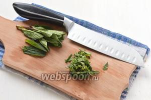 Мяту помыть, разобрать на листья и мелко порезать.