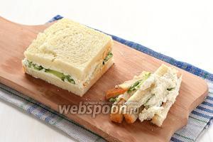 Накрыть сверху другим смазанным кусочком хлеба. Прижать сверху. По желанию обрезать со всех сторон корки.