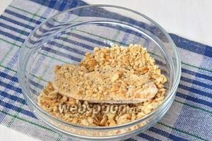 Солёный крекер измельчить и влажное филе с двух сторон обмакнуть в крекере.