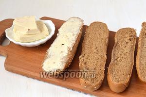 Багеты разрезать и смазать половинки мягким плавленым сыром.