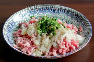 Лук прокрутить на мясорубке и добавить к домашнему фаршу из свинины. Зелень порубить и смешать с фаршем. Посолить хорошо и поперчить.