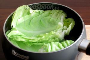 Для мягкости листочки пробланшировать в кипящей воде 1-2 минуты, затем вынуть и дать стечь воде. Оставшуюся воду не выливать, она нам понадобится позже.