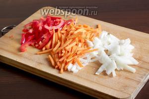 Все овощи нарезать соломкой. Я никогда не натираю на тёрке морковь, так она не превращается в кашицу.