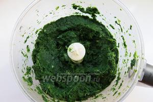 Нарезаем зелень шпината, добавляем кинзу, петрушку,  лук, ещё раз перемалываем.