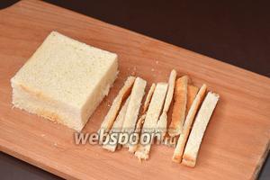 В тостовом хлебе срезать корки.