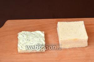 Смазать один кусок хлеба творожной начинкой.