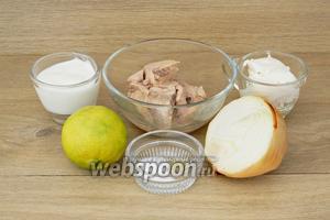 Для приготовления закуски из печени трески возьмём печень трески консервированную, лук репчатый, лайм, крем-сыр, йогурт, сахар, перец белый молотый, соль.