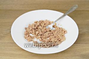С печени трески сливаем масло, выкладываем её в тарелку и разминаем вилкой.