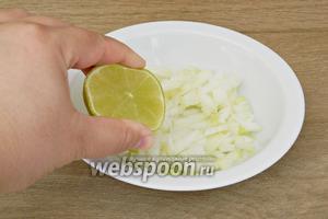 В лук добавляем щепотку сахара и выдавливаем сок лайма.