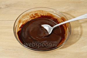 На водяной бане растапливаем шоколад и сливочное масло, перемешиваем до однородности.