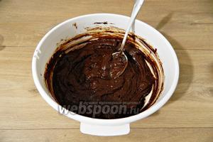 Замешиваем шоколадное тесто средней густоты.
