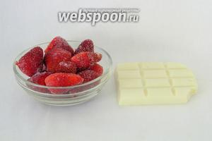 Для украшения можно взять любые ягоды с кислинкой и белый шоколад.