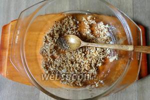 Кедровые орехи измельчаем и обжариваем слегка на сухой сковороде, орехи должны дать немного масла.