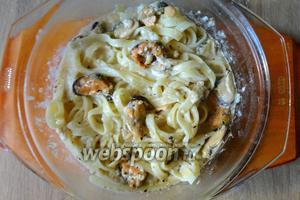 Отваренные феттучини добавляем в соус, тушим ещё 1 минуту. Подавать сразу в горячем виде. При подаче можно посыпать сыром пармезан.