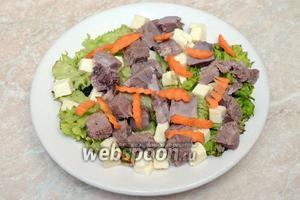 Также укладываем нарезанный говяжий язык, морковь, лук и яйца. Заправляем салат оливковым маслом и немного подсаливаем.  Вкусный салат с говяжьим языком готов. Приятного аппетита!