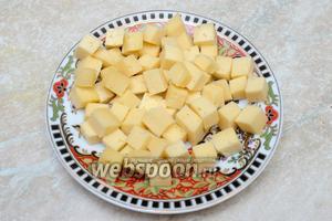 Сыр нарезаем кубиками средних размеров.