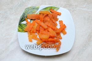 Отварную морковь нарезаем фигурным ножом.