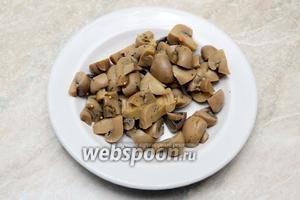 Шампиньоны маринованные разрезаем на 4 части. Вместо шампиньонов можно использовать любые другие грибы.
