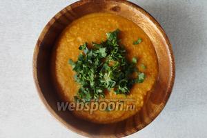 Картофельный крем-суп готов. Подаём с мелко нарезанной кинзой. Так же можно подать с сухари и орешками.