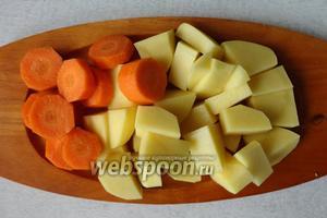 Картофель и морковку почистить и нарезать небольшими кубиками.