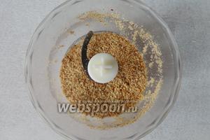 Арахис обжарить, затем почистить. Измельчаем арахис в блендере в крошку.
