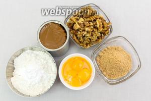 Для приготовления нам понадобятся: орехи грецкие, мука, яйца (нам понадобятся только желтки), варёная сгущёнка, сахар, масло подсолнечное, разрыхлитель.