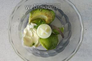 Авокадо почистить, мякоть положить в блендер, хорошо полить соком лимона. К авокадо добавляем густой йогурт. Можно использовать майонез или мягкий сыр.
