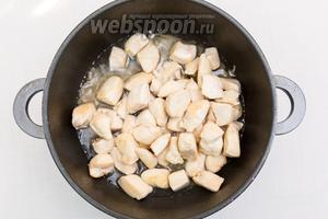 Вернём мясо в кастрюлю к обжаренному луку, добавим воды и тушим 5 минут.