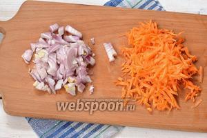 Лук очистить и порезать кубиком. Морковь очистить и натереть на тёрке с большими отверстиями.
