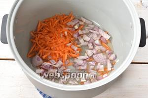 В чаше мультиварки (у меня мультиварка Polaris) выложить лук, морковь и подсолнечное масло. На режиме «Выпечка» готовить 5 минут, помешивая.