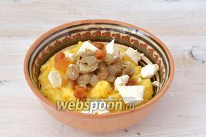 Подавать горячим, посыпав сверху луком, шкварками, грибами и раскрошенной брынзой. Составляющие баноша в блюде не перемешивать.