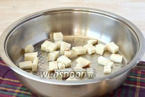 Сало порезать кубиком и поместить на горячую сковороду.