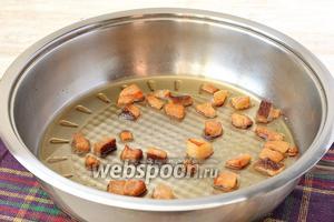 Обжарить сало до хрустящих шкварок.