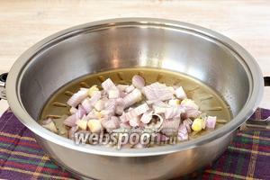 Шкварки убрать, а на вытопленном жире обжарить до полуготовности порезанный кубиками лук.