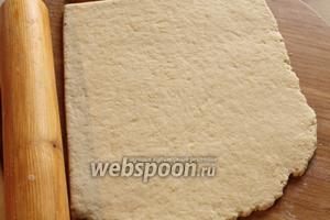 Раскатать тесто в прямоугольный пласт толщиной 3 мм.