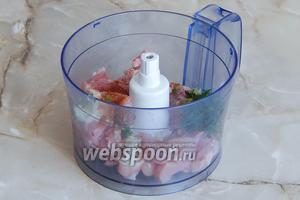 Теперь переходим непосредственно к приготовлению фарша для пельменей. Складываем мясо, лук и укроп в чашу комбайна. Добавляем соль и приправу для курицы по вкусу. Можно воспользоваться мясорубкой или вообще порубить всё мело-мелко ножом.