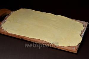Тесто раскатать толщиной 1-1,5 мм (доску немного подпылить мукой).