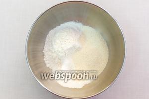 В миске смешаем сухие ингредиенты: мука, соль, крупа манная, разрыхлитель.