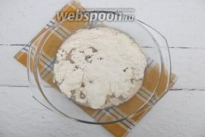 Вводим соль, масло подсолнечное, часть пшеничной муки. Замешиваем жидкое тесто.