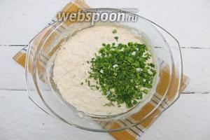 Добавляем мелко нарезанные перья молодого чеснока. Вводим остаток муки и замешиваем мягкое тесто.