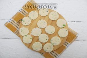 Формой для печенья вырезаем кружки.